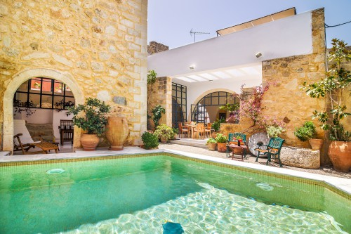 The heated pool of this mansion in Maroulas, Rethymno