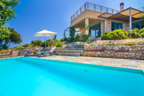 The awesome swimming pool of this villa in Vamos, Chania